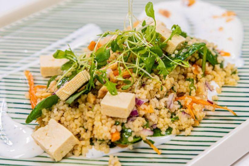 Mash de conopidă cu cartofi, salsa de trufe și salată de castraveti cu ciuperci urechi de lemn