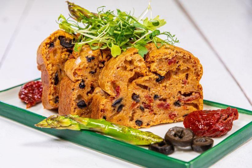 Iaurt de soya cu chia, semințe de cânepă și supă rece de căpșuni, crackers cu scorțișoară