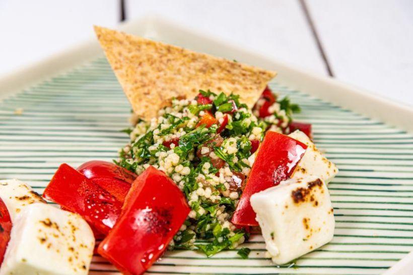 Iaurt cu chia, semințe de cânepă și supă rece de căpșuni, crackers cu scorțișoară