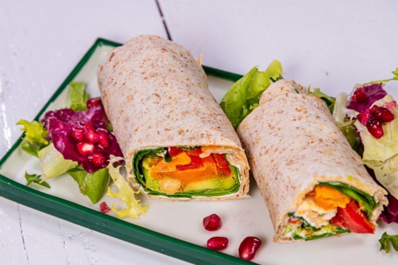 Salată de quinoa, cartof dulce, porumb si rădăcinoase coapte cu dressing mediteranean