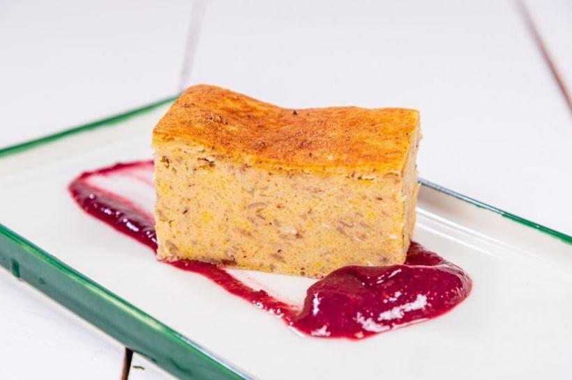 Biluțe de mozzarella cu pesto de busuioc mov și legume proaspete