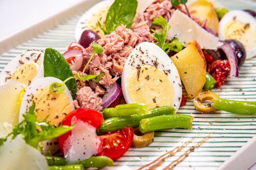 Salată Nicoise reinterpretată cu dressing de anchovies