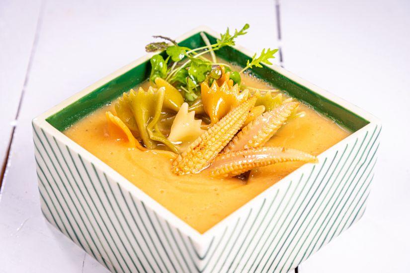 Supă de linte cu roșii, baby corn și farfalle integrale