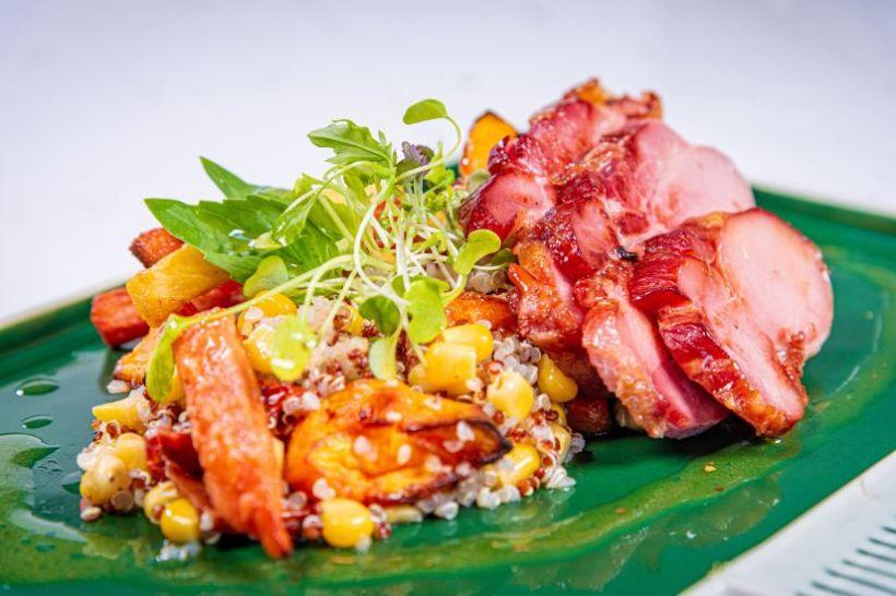 Obrăjori de vitel cu salată chinezească de legume