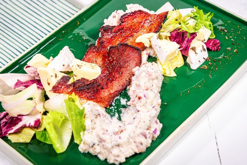 Stampott cu bacon, mix salata, dressing de lamaie și camembert