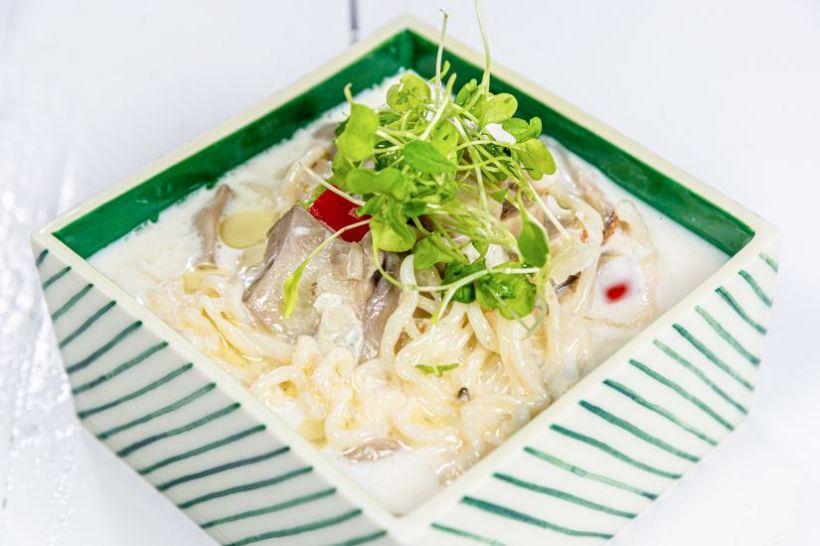 Camembert copt cu pesto și orez de broccoli